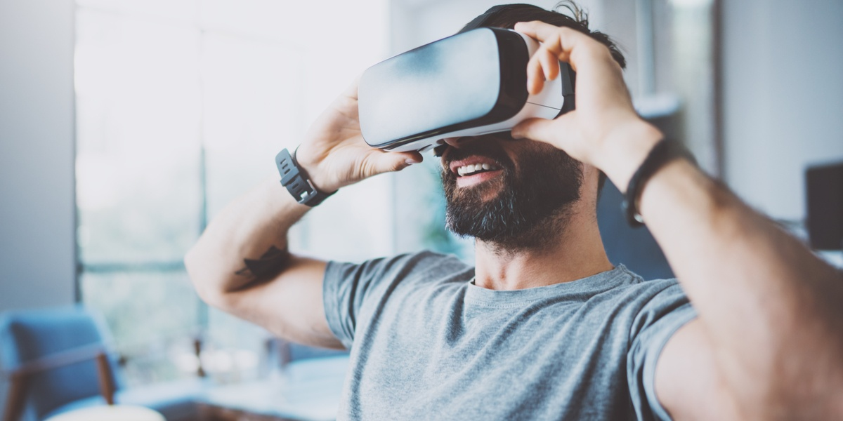 How Virtual Reality is Becoming Mainstream for Marketers [Gifographic]